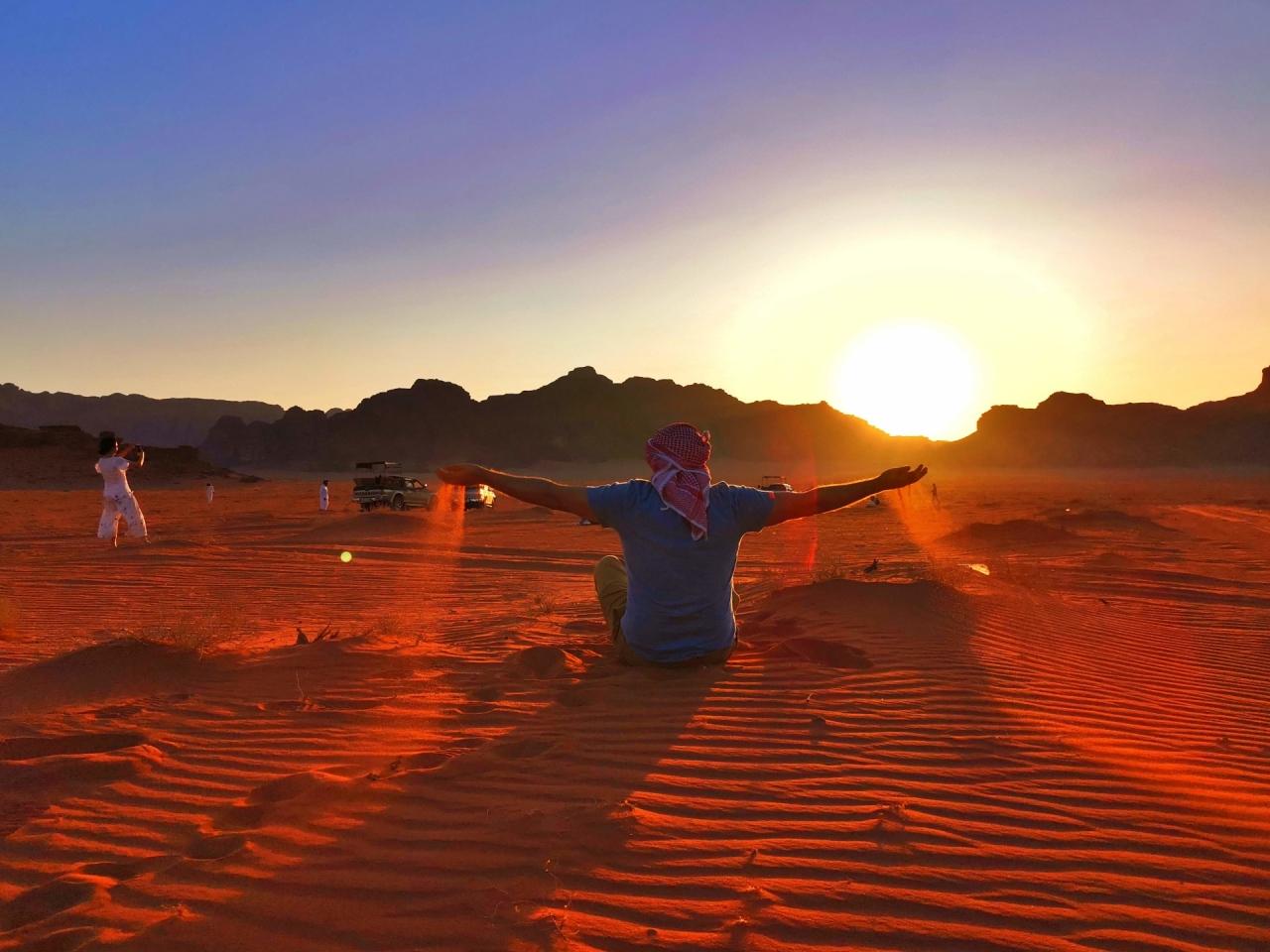 nisip la apus in desert