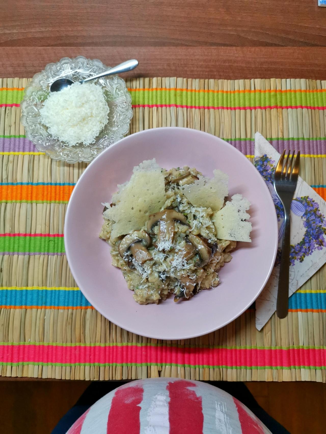 reteta orez cu ciuperci champignon, parmezan si vin
