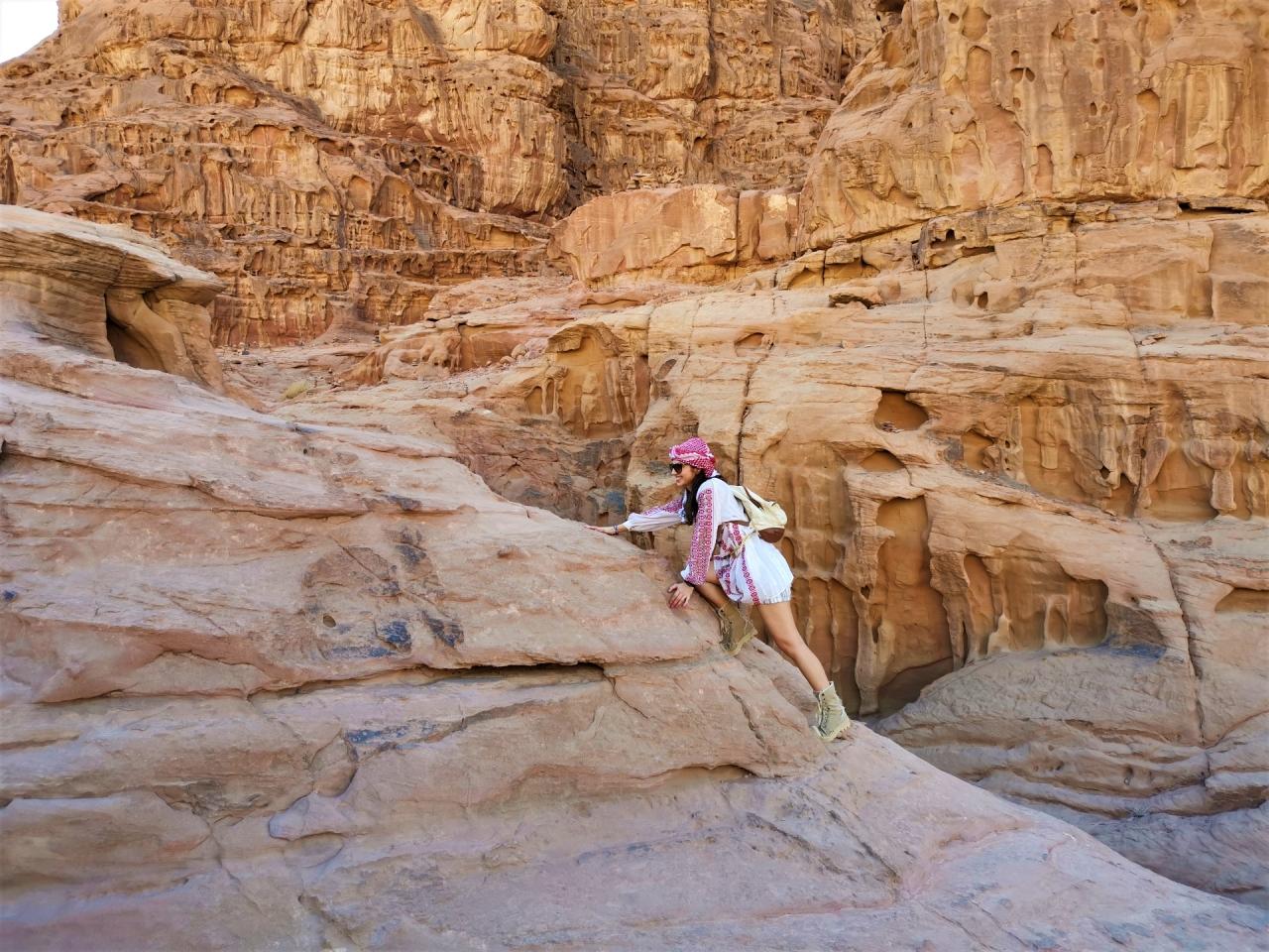 Wadi Rum Jordan catarat pe stanci