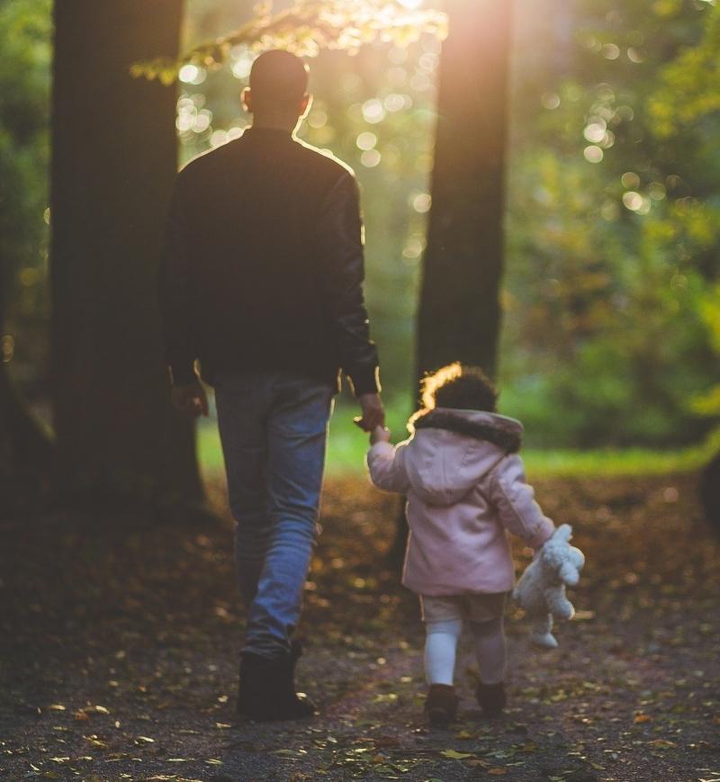 Tata si fiica la plimbare